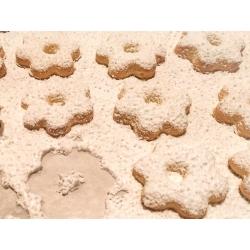 Canestrelli : petits biscuits en forme de fleurs et recouverts de sucre glace