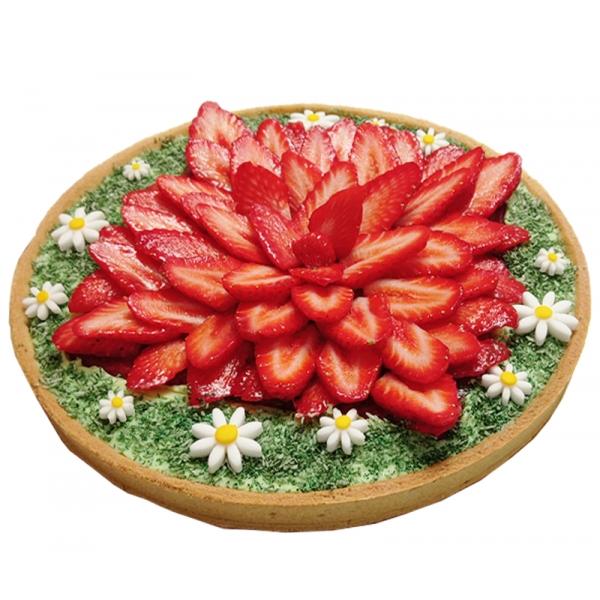 """Tarte aux fraises sur ganache citron basilic avec décor """"prairie et petites fleurs"""""""
